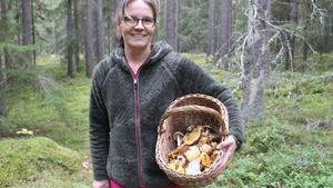 På kort tid har svampkonsulenten Stina Johansson fyllt botten på sin korg.