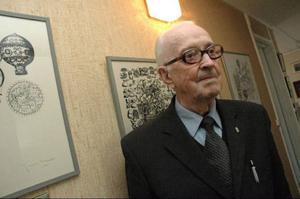 Göte Jönsson inviger utställningen om sin bror Yngve Gamlin, vars verk syns i bakgrunden. Foto: Jonas Ottosson