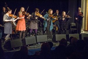 Emma Härdelin, Catriona MacDonald, Annbjörg Lien, Liz Doherty, Liz Knowles och Liz Caroll utgör gruppen String Sisters.
