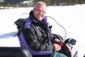 Lars-Evert Eriksson njuter av skoteråkning och fiske på vintern.