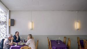 Journalisten Po Tidholm besöker sin uppväxtort Arbrå  i programmet Resten av Sverige.