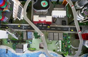 grönskande. Yteffektiva stadsodlingar med vertikala växthus och terassodlingar ger liv åt staden.