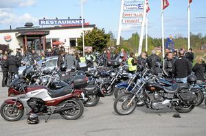 Säsongsstart. Motorcyklar fanns det gott om i Laxå under valborgsmässoafton. Samlade åkte de sedan vidare mot valborgsfirandet i Askersund.