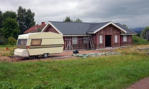 Ett halvfärdigt hus och en herrelös husvagn. Så här ser det ut på Nygärdsvägen. Foto:Jan Norberg