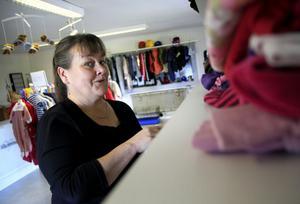 Karin Söderlund trivs i butiken.