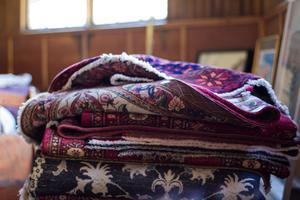 Bland mattor är Svensk auktionsbyrå störst i Skandinavien, menar Bahram Wahedi. Här är några av alla de mattor som fanns i auktionsrummet.