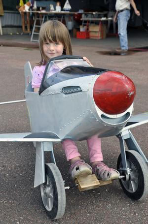 Hilda Kjällberg, Leksand, testade flygplanet modell mindre.