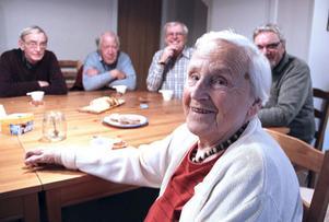 SPI:s Grand Old Lady Eivor Johansson, 88 år, förespråkar blandad kultur: Äldre och unga ska bo tillsammans. Göte Ekberg, Görgen Enquist, Roland Laurin och Birger Sundén håller med.