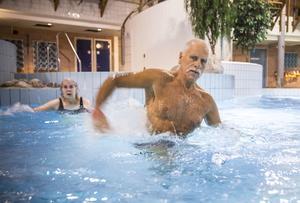 – Vattengymnastiken drogs  igång för att få samla medlemmarna på ett ställe. Förr var ett gäng och bastade medan andra simmade, säger Björn Pettersson, Dvärsätt, som håller i vattengymnastiken på lördagsmornarna.