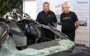 Så här illa kan det gå om man krockar med en älg, visar Hans Moberg och Allan Sandell på Dalarnas Trafiksäkerhetsförbund. Idag är de ute och informerar bilister i samband med polisen då de gör alkotester på