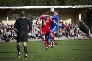Rengsjös Christian Törnros och Trönös Pelle Olsson duellerar i luften.