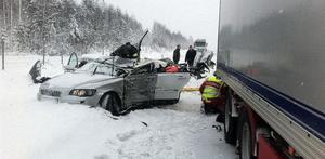 En personbil blev påkörd av en lastbil som inte lyckades få stopp i halkan.