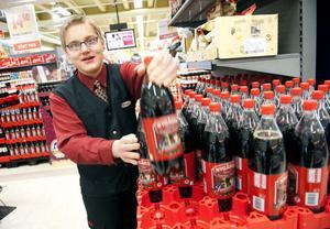 Dennis Gottberg jobbar vid butikens läskedrycksavdelning och stormtrivs.