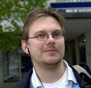 En stor del av Jimmy Windeskogs bok består av kritik mot Tor Paulsson, som i likhet med Windeskog kandiderat politiskt i Dalarna.