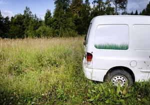 Mängder med bilar står uppställda på olika platser i Mossgruvan . Enligt byalaget kör många bilarna trots att de är oskattade och har körförbud.