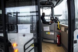 Många busschaufförer känner sig otrygga och osäkra på sin arbetsplats, därför väljer deras skyddsombud att stoppa kontanthantering som de anser är huvudanledningen till osäkerheten.