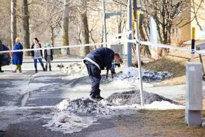 Polisen spärrade av ett stort område av Ängegatan.
