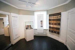 HYLLAR HEMGYGDSFÖRENINGEN. Länsmuseet har gjort den ambitiösa utställningen om 100 år med Gästriklands hembygdsförening.