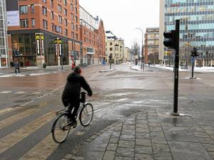 Lugn passage. En cyklist som är försiktig.Foto: Yngve Fredriksson