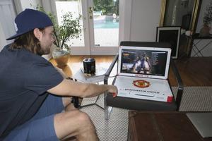 Victors senaste leksak. En specialgjord Xbook med Manchester Uniteds logotyp och allt. Han kan spela på den och se film. Turnén till västkusten blev första testet för den, även om han erkänner att det blir mycket kortspel på bortamatcherna.