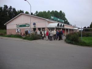 Nyfikna och förväntansfulla medlemmar väntar på bussen.
