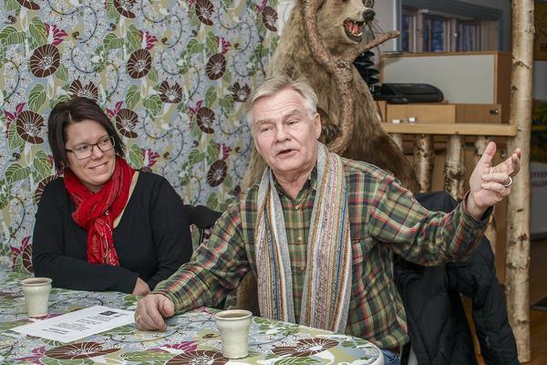 Olivia Söderlund, ansvarig för kansliet hos Hede företagargrupp och Lars Bygdén, ordförande, berättar om planerna på ett naturrum i turistbyrån. Björnen hittar nog sin plats.