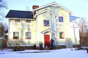 Annika Norins ljusgröna hus där en bäck mjukt flyter förbi känns som en plats för vila och eftertanke. Hildegard av Bingen förespråkade vistelse och promenader i naturen för den som lider av utmattning och olika sjukdomar.