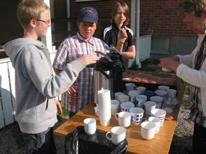 Isak Jonsäll, Joel Wilhelmsson och Leo Persson servade kaffe och bullar på Rotebergs skola.