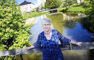 """""""Jag har vunnit högsta vinsten, min cancer var inte av värsta sorten och efter strålningen är jag frisk"""", säger Elisabet Lundqvist från Nälden. På bilden är hon ute på promenad i anslutning till universitetssjukhuset i Umeå."""