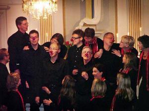 """Cantilenakören bjöd bland annat på en spexig """"Rudolf med röda mulen"""" i Gåxsjö kyrka i lördags kväll. Samma konsert gavs på söndagen i Östersunds stora kyrka.Foto: Kjell Ahnfelt"""