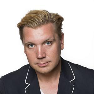 Marcus Hellsten är chef för Folkteatern i Gävleborg och sedan han tog över som teaterchef har en ny modell för den konstnärliga ledningen införts med tre konstnärliga ledare i stället för en.