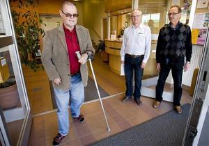 Nu kan Sven-Åke Sjödin och andra personer med funktionsnedsättningar lättare ta sig in och ut i Kramfors kommunhus. Även fastighetschef Jörgen Eurenius och it-chefen Curt Dahlberg är nöjda.