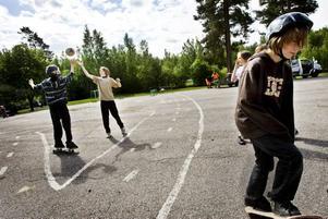 SNART SLUT. Det är näst sista dagen innan sommarlovet och idrottslektion. Då får man göra lite vad man vill,                                            spela brännboll, fotboll eller åka skateboard. På torsdag hålls Bodåsskolans sista skolavslutning.