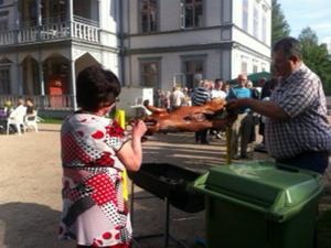 På kvällen var det grillfest med helstekt gris i Kårböle.