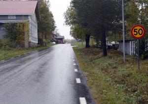 De gamla 50-skyltarna är nu borta i Los. I dag gäller 40 eller 60 km/tim genom byn.