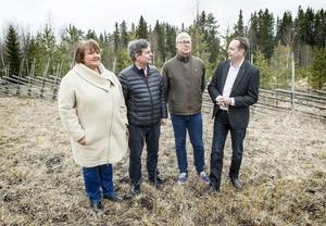 Så såg det ut i maj 2015:  AnnSofie Andersson (S), Pär Jönsson (M), Bosse Svensson (C) och Biltemas etableringsansvarige Anders Selfors vid tomten vid sidan av Stuguvägen där Biltema skulle bygga sin nya butik.
