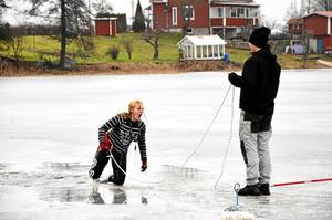 """Kallt. Olivia Soreby ville inte gärna göra om doppet i isvaken. Stefan Eriksson som höll i repet var dock glad att de hann med innan isen blev för tunn. """"Det är gränsfall redan nu, om ett par dagar går inte detta, säger han."""