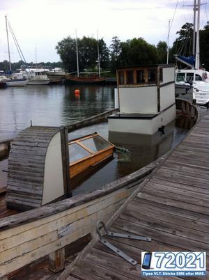 Båten ligger vattenfylld nedanför gamla ångkraftverket i Västerås.