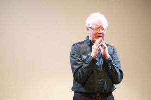 Stig Östman gestaltar Marianne, grisbonden Bengts fru, en av karaktärerna i föreställningen som bland annat lider av utbrändhetsdepression.