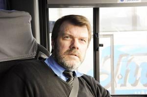 Göran Karlsson är busschaufför på Thunells buss. Han och föräldern Moa Andersson kom på att det borde gå ut lite information om säkerhet på buss till eleverna som åker skolskjuts.