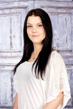 4. Jennie Nordberg bor i Lillhärdal och Sveg. 17 år. Går andra året på handelsprogrammet. Gillar att vara i stallet, med vännerna, sin pojkvän och sin familj. Visste ni inte om mig: Heter Lucia i andranamn.