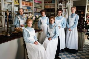 Delar av ensemblen i SVT-dramat