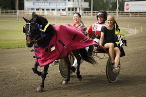 Ekipagen kom från så vitt skilda ställen som Mantorp i söder och Umeå i norr. Här är det Anna Eidegren Beijar från Umeå som har segrat med Jajamaen.