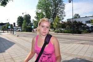 PÅ VÄG TILL JOBBET. Jonna Hedström är påväg till sitt sommarjobb på Skansen, men tvingas vända hem igen eftersom hennes tåg har ställts in.´