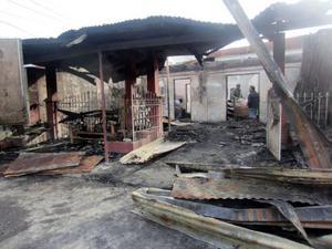 Sonens grannar i Filippinerna drabbades hårt då deras hus brann ner till grunden under julhelgen. I dag bor niobarnsfamiljen i ett litet skjul.