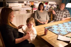 Julia Stepanova med dottern Elina vid köksbordet i Harmånger.