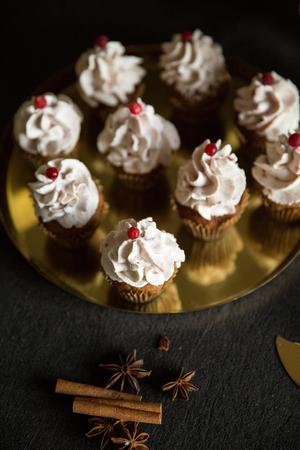 Mini-pepparkakscupcakes med lingongrädde.