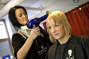 Josefin Lundgren, som går på Borgarskolan, blev tillfrågad om hon inte ville vara modell i frisörelevernas modeshow. Igår klippte Linda Skytt av en bra bit av hennes långa hår och gav det nordiska färgnyanser.