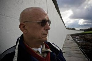 Arbetabladets Bernd Büttner vid en av de sista resterna av Berlinmuren, 1,3 kilometer lång.
