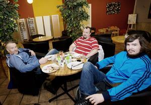 Claes Ahlström och Ola Ljungqvist äter lunch ute några dagar i veckan. Men Christoffer Ahlström äter ute högst en gång i veckan.– Jag är student så mer har jag inte råd med.